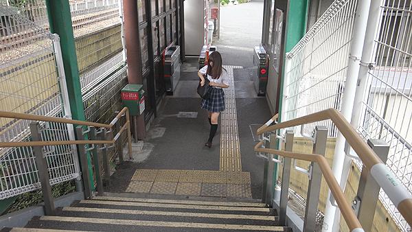 制服美少女さくらちゃん(19)を電車で連れまわしオジサンとデート!ホテルで10代の若い娘に中出し発射撮影!